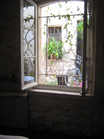 Arles, Frankrike: The view from the room, I would be doing email at the desk and listen to the conversation or the