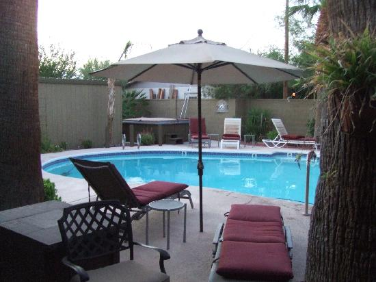 Arizona Sunburst Inn: View of pool and hot-tub