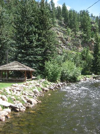 Rockmount Cottages & Cabins: River runs through the cabins...