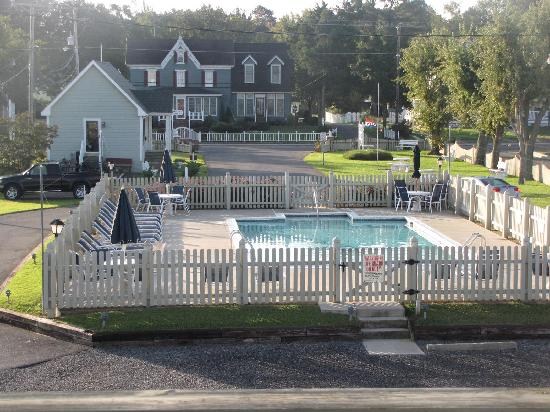 Anchor Inn: A view from the room balcony toward Main Street