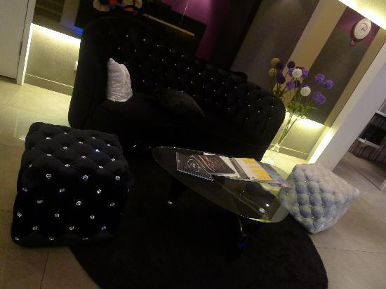 Bliss Boutique Hotel: sofa at reception