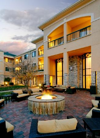 Courtyard by Marriott Springfield Airport: Outdoor patio with fire pit