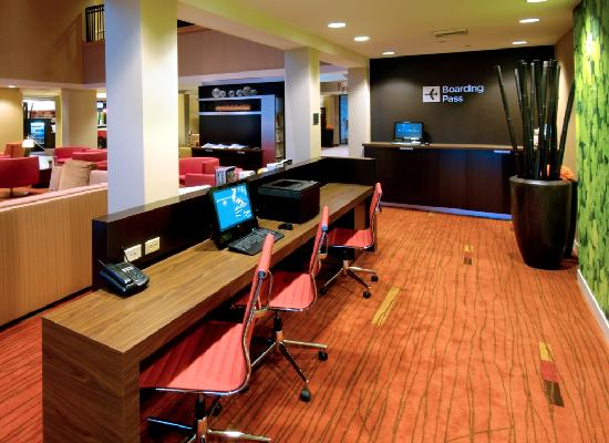 Courtyard by Marriott Springfield Airport: Business center & library