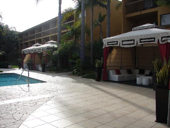 Atrium Hotel at Orange County Airport: Pool Side is Beautiful
