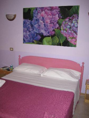 Casa Dominova Bed and Breakfast: Our purple room