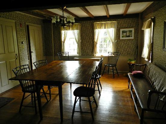 Samuel Fitch House B &amp; B: The tavern room where the early militia met to discuss and plan their defense against the Brits.