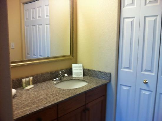 Staybridge Suites Calgary Airport: two en-suite bathroom!