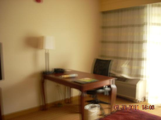 Courtyard by Marriott Salinas Monterey: Desk area