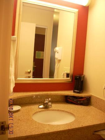 Courtyard by Marriott Salinas Monterey: Vanity area