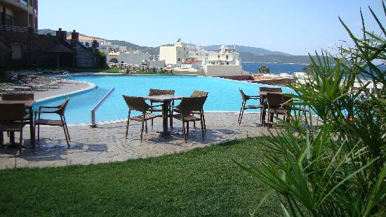Marmari, Grecja: Swimming pool and beach on the background