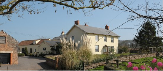 Lower Marsh Farm B & B: Lower Marsh Farm is surrounded by stunning views