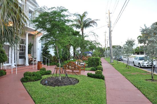 Tradewinds Apartment Hotel: devant Tradewinds PineTree Dr.