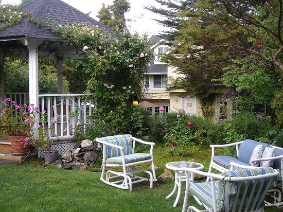 Abella Garden Inn: The luscious gardens and Inn!