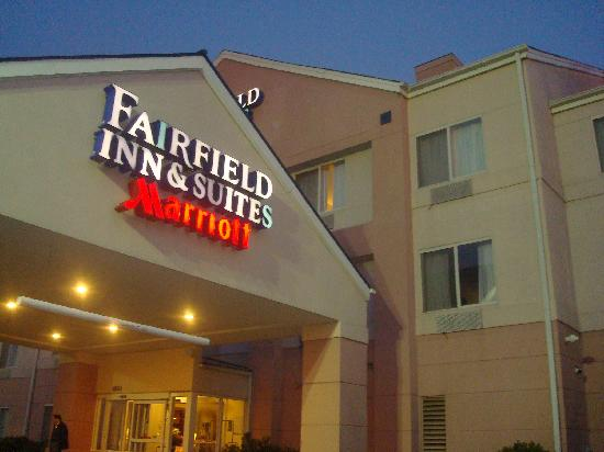 Fairfield Inn & Suites Fairmont: from outside