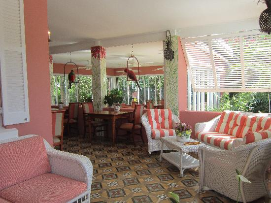 Royal Palms Hotel: Outdoor eating area, deck
