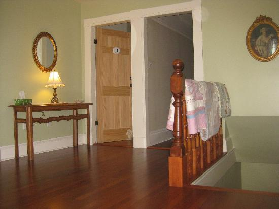 Country Stiles Bed & Breakfast: Upstaris hall, viewed from reading  nook
