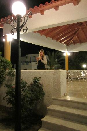Tigaki's Star Hotel : Around the pool in the evening; this is also where you have breakfast