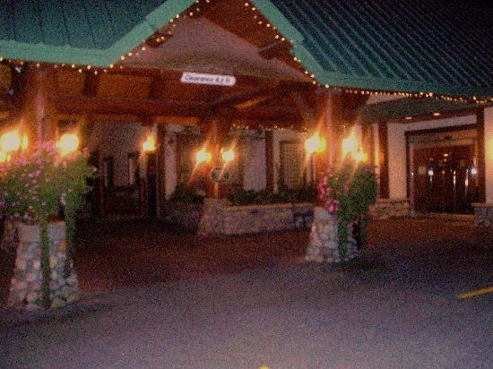 Lizard Creek Lodge: all lit up
