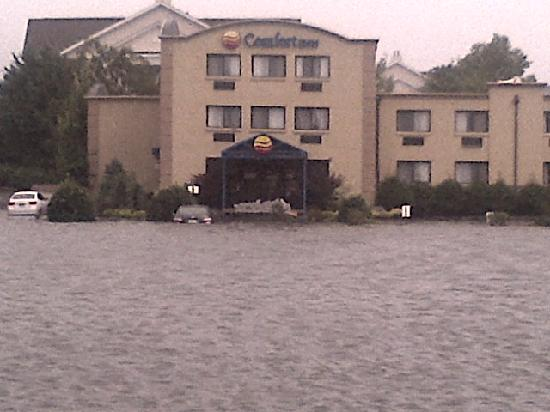 Comfort Inn: Guest cars under water after major storm