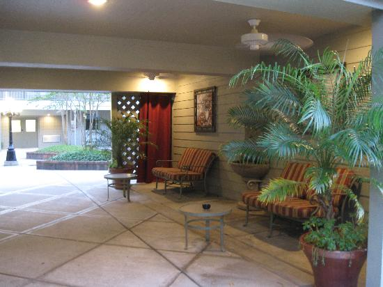Ramada Metairie: outdoor lounge