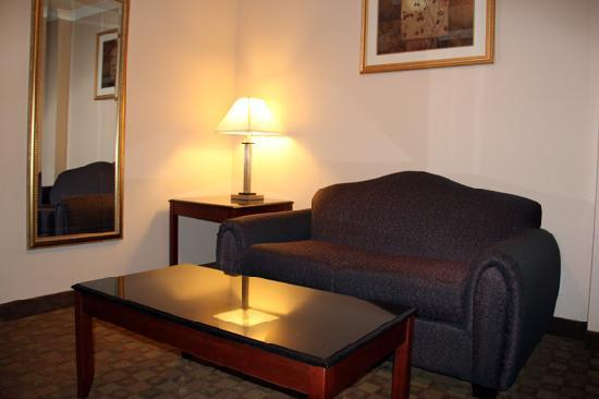 Howard Johnson Pasadena: A nice comfortable sitting area with TV.