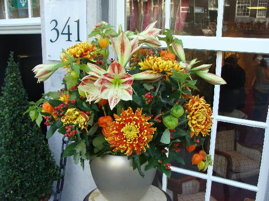 Ambassade Hotel: Beautiful flower arrangement by the entrance
