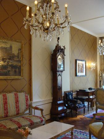 Ambassade Hotel: Common area lounge