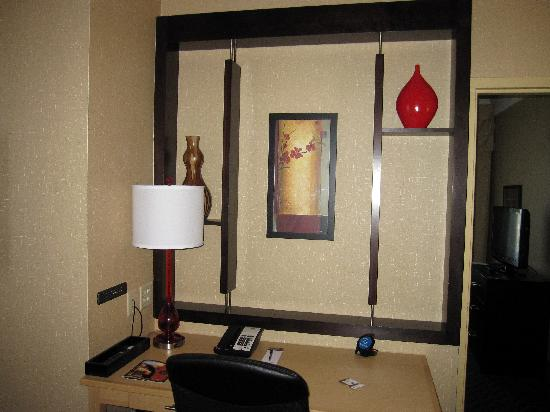 Cambria Suites Oklahoma City: Work desk area