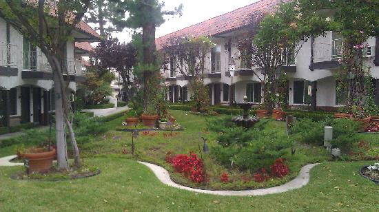 Laguna Hills Lodge: Courtyard-view 1