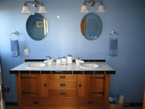 Craftsman Bed and Breakfast: Stickley Room bathroom