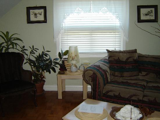 Williams Gate Bed and Breakfast Private Suites: Relaxing Living Room