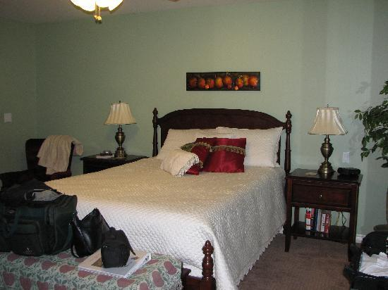 Apple Blossom Bed &amp; Breakfast: view of the room from the door to the deck