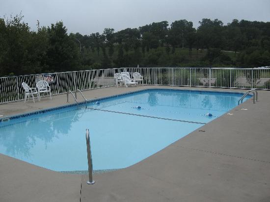 Brookwood Inn: motel pool