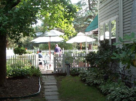 Whalewalk Inn & Spa : Breakfast on the patio