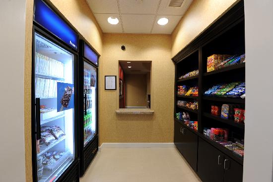 Hampton Inn & Suites Scottsboro: Scottsboro  Hotel Pantry