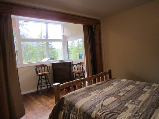 Mt. Robson Mountain River Lodge: room with a view