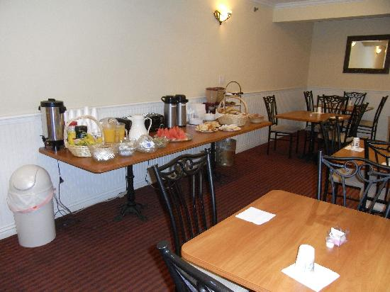 Wilshire Crest Hotel: breakfast buffet is better than it looks in the photo