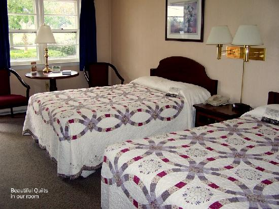 Bird in Hand, Pennsylvanie : Beautiful quilts on our beds 