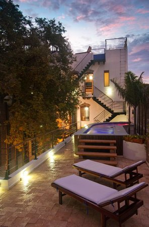Casa de Isabella Hotel Boutique: Pool terrace at night