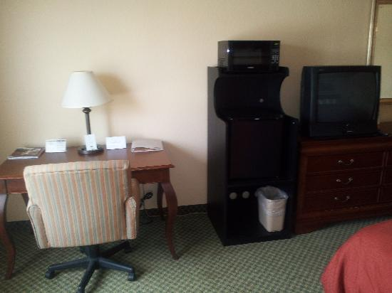 Country Inn & Suites By Carlson, Lehighton: Small Fridge & Microwave were great to have.