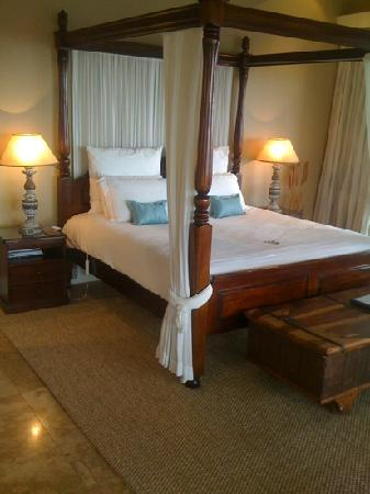 51 On Camps Bay Guesthouse: deluxe suite bed !!