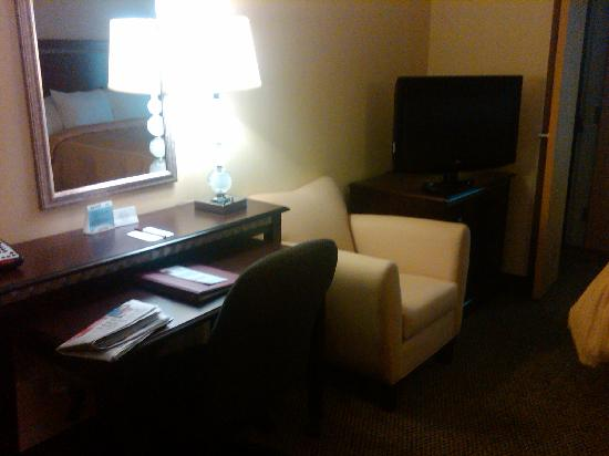 Comfort Suites: Desk and TV