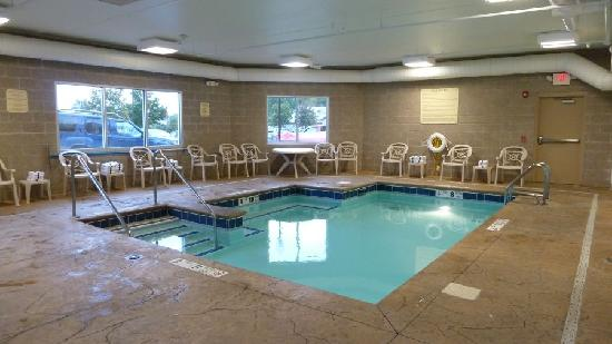 Comfort Inn &amp; Suites: Pool