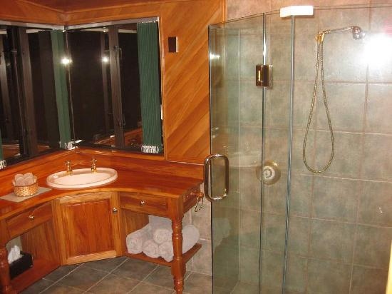 Antler Lodge Bed &amp; Breakfast: Enormous Bathroom &amp; Shower in Large Apt Upstairs