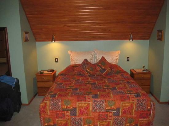 Antler Lodge Bed &amp; Breakfast: Bed in Large Apt Upstairs