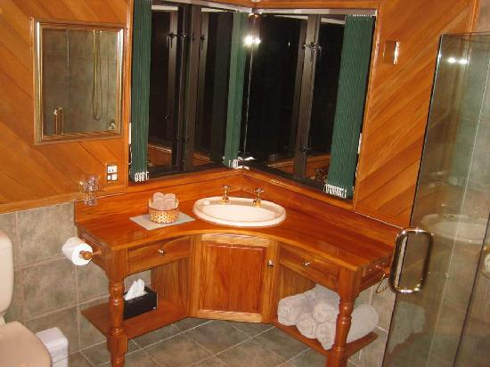 Antler Lodge Bed &amp; Breakfast: Enormous Bathroom in Large Apt Upstairs