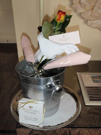 Tickle Pink Inn: The complimentary champagne