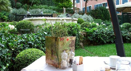 Hotel De Russie: Garden in the morning