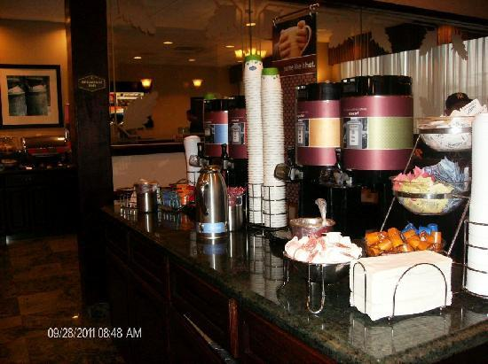 Hampton Inn Carlstadt-At The Meadowlands: tea and coffee station at the Hampton