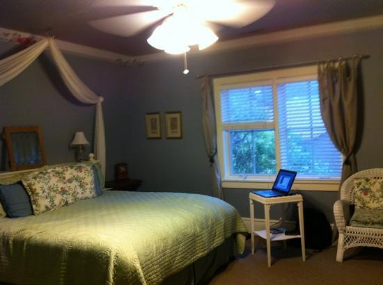 The Iron Gate Inn and Winery: The Joy Darlene - king bed room.